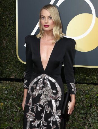 Margot-Robbie-Wearing-Gucci-Dress-2018-Golden-Globes-2