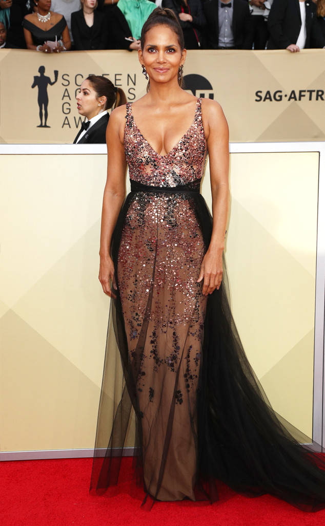 rs_634x1024-180121170210-634-halle-berry-red-carpet-fashion-2018-SAG-awards